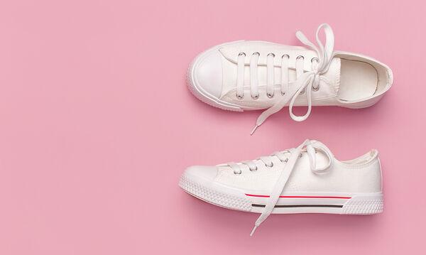 Κάντε τα λευκά πάνινα παπούτσια σαν καινούρια με δύο μόνο υλικά (pics)