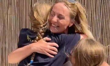 Viral βίντεο: Γιατρός αγκαλιάζει τις κόρες της μετά από δύο μήνες (vid)