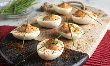 Μια συνταγή του Άκη Πετρετζίκη: Πανεύκολα αβγά μιμόζα