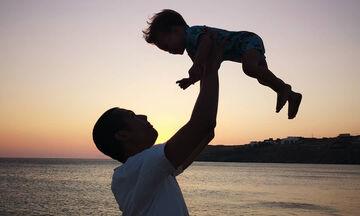 Σ. Κοντιζάς: H υπέροχη φώτο με τον γιο του στο ηλιοβασίλεμα της Μυκόνου