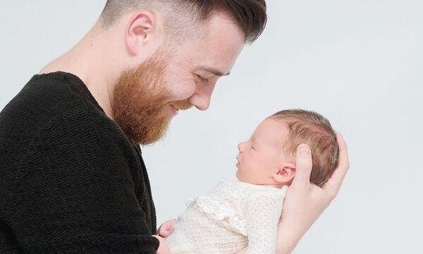 Τρυφερές φωτογραφίες μπαμπάδων αγκαλιά με τα νεογέννητα μωρά τους (pics)