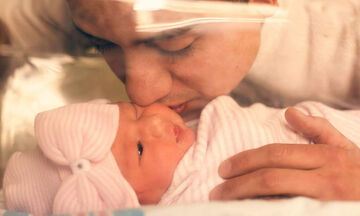 Συγκινητικές φωτογραφίες: Μπαμπάδες βλέπουν για πρώτη φορά τα μωρά τους