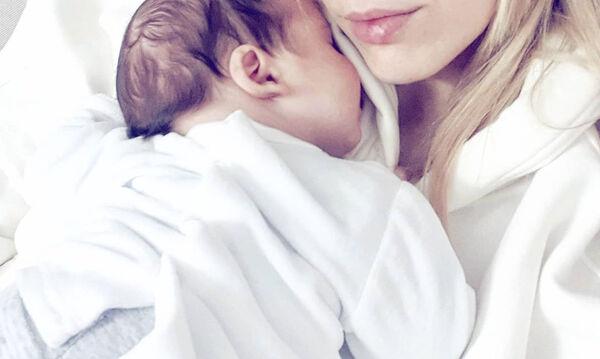 Οι βραδινές αγκαλιές Ελληνίδας μαμάς με τον γιο της (pics)