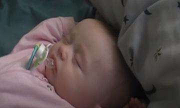 Μωράκι ξυπνά και βλέπει τον μπαμπά του - Δε φαντάζεστε την αντίδρασή του