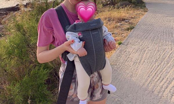 Απογευματινή βόλτα με το μωρό της - Αναγνωρίζετε τη διάσημη Ελληνίδα μαμά;