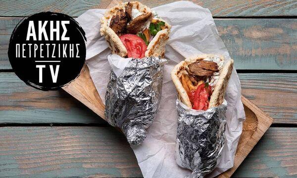 Άκης Πετρετζίκης: Συνταγή για σπιτικό σουβλάκι με γύρο χοιρινό και τζατζίκι