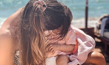 Για μπάνιο με την κόρη της στην παραλία η Ελληνίδα μαμά (pics)