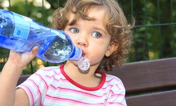Το παιδί δεν πίνει νερό: Έξυπνοι τρόποι για να ενυδατώνεται