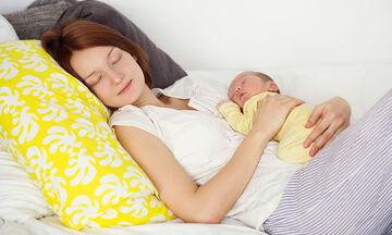 Πρέπει να σταματήσουμε να κρίνουμε τις μαμάδες που κοιμούνται με τα παιδιά τους