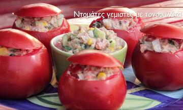 Συνταγή για ντομάτες γεμιστές με τονοσαλάτα - Έτοιμες σε χρόνο ρεκόρ (vid)
