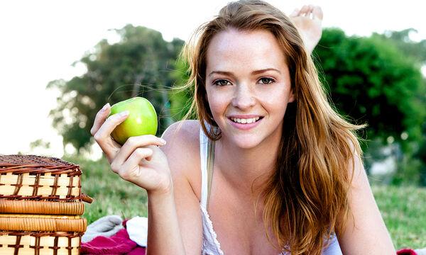 Αυτές είναι οι τροφές που κάνουν τα δόντια πιο λευκά (vid)