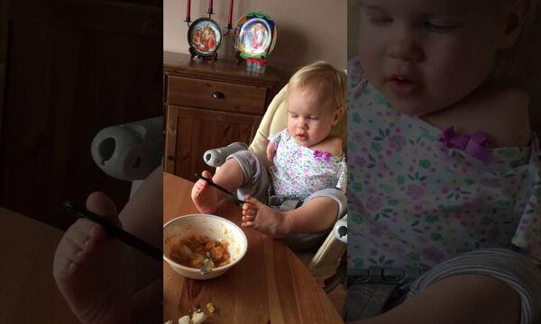 Η μικρούλα γεννήθηκε χωρίς χέρια κι όμως τρώει μόνη της