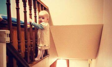 Μπαμπάς φωτογραφίζει την 18 μηνών κόρη του σε... επικίνδυνες πόζες (pic)