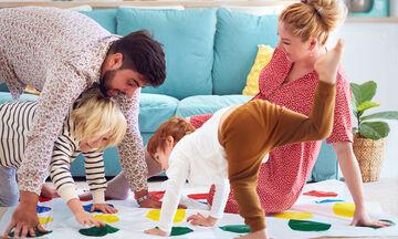 Γονείς βρίσκουν πρωτότυπους τρόπους για να παίξουν με τα παιδιά στο σπίτι