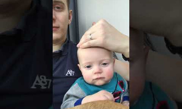 Δε φαντάζεστε πώς κοιμίζει αυτός ο μπαμπάς το μωρό του (vid)
