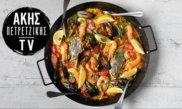 Άκης Πετρετζίκης: Καλοκαιρινή συνταγή για παέγια με θαλασσινά