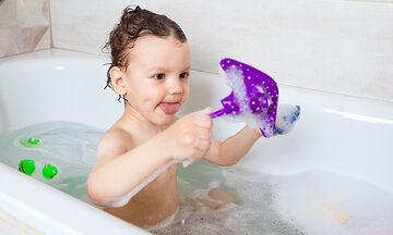 Πέντε παιχνίδια με νερό στο σπίτι που θα ενθουσιάσουν τα παιδιά
