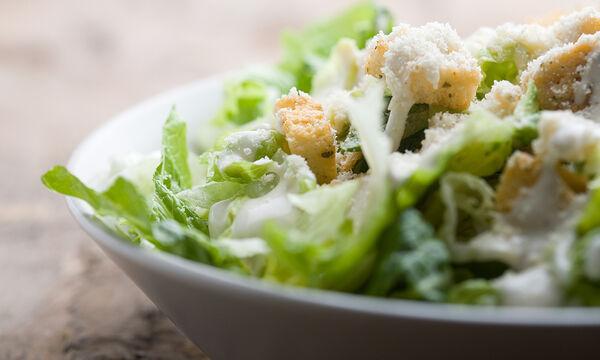 Ceasar Salad Day: Φτιάξτε σαλάτα του Καίσαρα μόνοι σας στο σπίτι