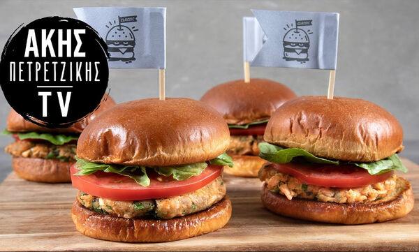 Άκης Πετρετζίκης: Συνταγή για λαχταριστό και πρωτότυπο burger σολομού