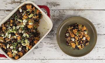 Φτιάξτε κι εσείς τις γλυκοπατάτες με μαύρα φασόλια στον φούρνο του Άκη Πετρετζίκη