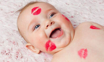 #InternationalKissingDay: Μωράκια δίνουν φιλιά και τρελαίνουν το διαδίκτυο