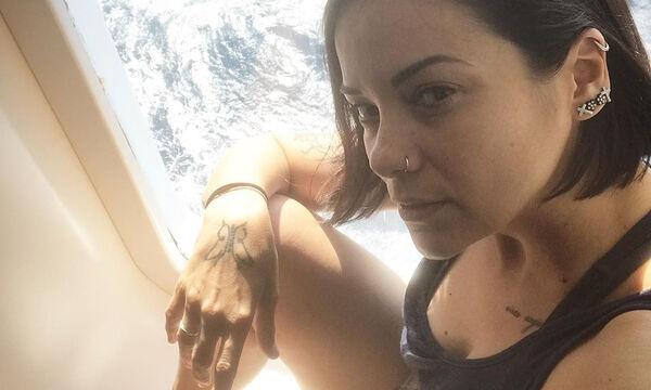 Κατερίνα Τσάβαλου: Ο σύζυγος και η κόρη της παίζουν στη θάλασσα- Δείτε φώτο