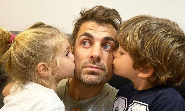 Στέλιος Χανταμπάκης: Παιχνίδια στη θάλασσα με τα παιδιά του - Δείτε φώτο