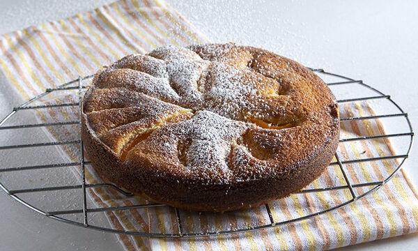 Άκης Πετρετζίκης: Συνταγή για πεντανόστιμο κέικ με βερίκοκα