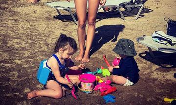 Πιο όμορφη από ποτέ η Ελληνίδα μαμά - Στην παραλία με τα παιδιά της (pics)