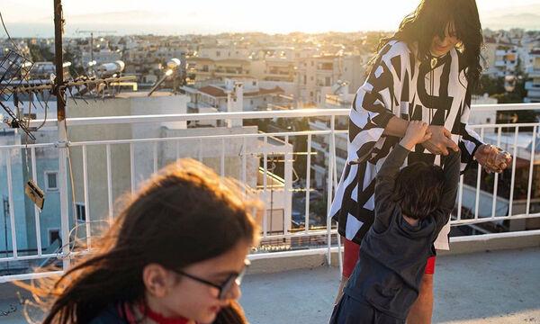 Ζενεβιέβ Μαζαρί: Χορεύει μέσα στο δρόμο με τα παιδιά της και γίνεται viral