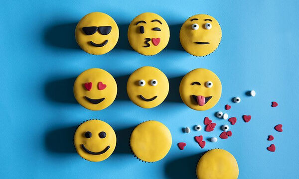 Emoji cupcakes: O Άκης Πετρετζίκης μας δείχνει πώς να τα φτιάξουμε