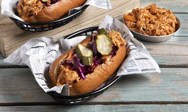 Άκης Πετρετζίκης: Συνταγή για λαχταριστό pulled chicken sandwich