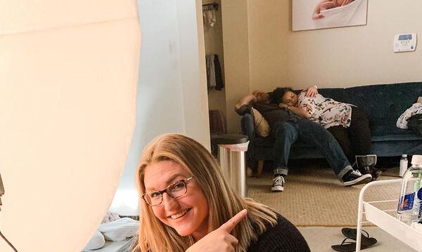 Γονείς αποκοιμήθηκαν στον καναπέ κατά την πρώτη φωτογράφηση του μωρού τους