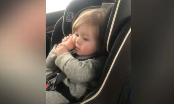 Μωράκια κάνουν ότι μιλούν στο τηλέφωνο και είναι άκρως απολαυστικά (vid)