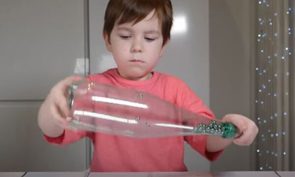 Εντυπωσιακό παιχνίδι για παιδιά με πλαστικό μπουκάλι και μαγνήτη