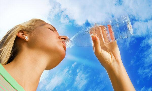 Πόσο νερό πρέπει να πίνετε για να χάσετε βάρος (vid)