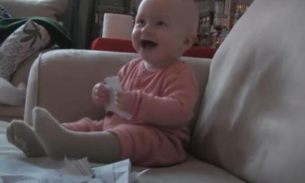 Δε φαντάζεστε για ποιο λόγο αυτό το μωράκι ξεκαρδίζεται στα γέλια (vid)