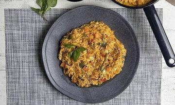 Άκης Πετρετζίκης: Συνταγή για κριθαράκι ολικής με ντομάτα και βασιλικό