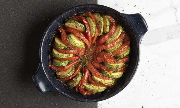 Άκης Πετρετζίκης: Έυκολο και υγιεινό ρατατούι με ντομάτα και κολοκυθάκι