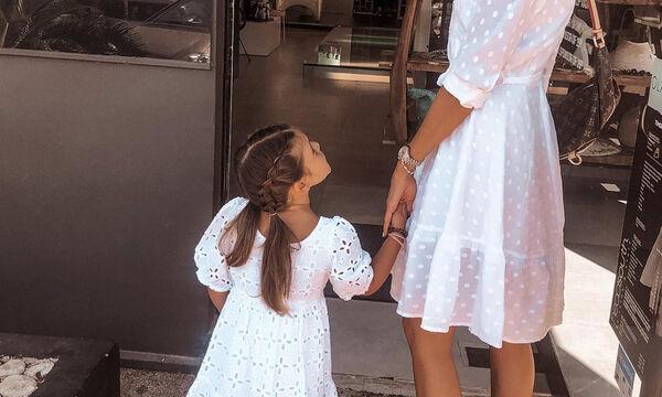 Mini me: Ελληνίδα μαμά και κόρη ποζάρουν μαζί μετά από καιρό