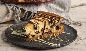 Άκης Πετρετζίκης: Cheesecake στρατσιατέλα με κομμάτια σοκολάτας