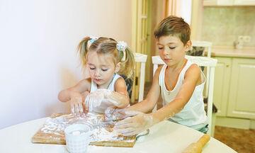 Απασχολείστε τα παιδιά φτιάχνοντας διακοσμητικά με αφράτη ζύμη (vid)