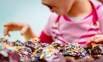 Υπέροχα muffins για παιδιά με διπλή σοκολάτα (vid)