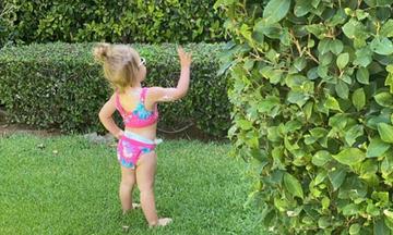 Γνωστή παρουσιάστρια φωτογράφισε την κόρη της στον κήπο με μαγιό