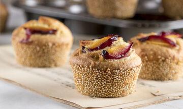 Αφράτα muffins με κινόα και δαμάσκηνα από τον Άκη Πετρετζίκη