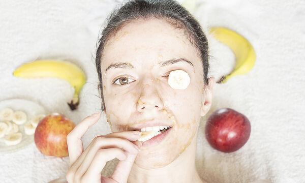 Σπιτική μάσκα προσώπου με μπανάνα για ενυδάτωση (vid)