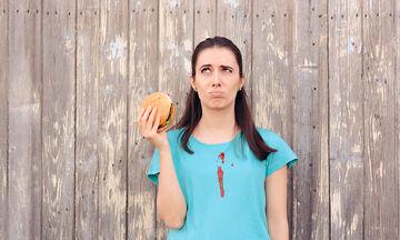 Λεκέδες από κέτσαπ και σάλτσα: Πώς να τους απομακρύνετε από τα ρούχα