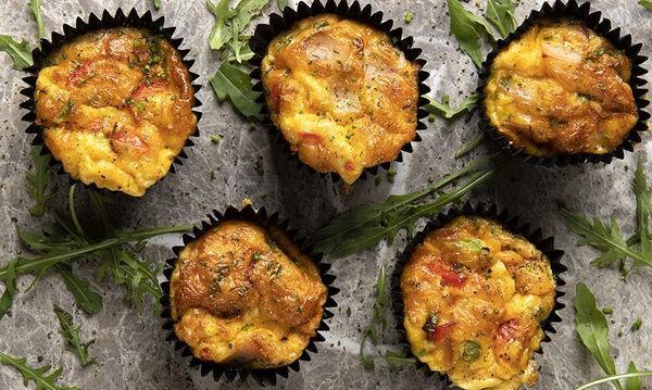 Άκης Πετρετζίκης: Συνταγή για εύκολα και νόστιμα muffins ομελέτας