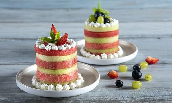 Άκης Πετρετζίκης: Εύκολη τούρτα καρπούζι - πεπόνι σε μόλις 15 λεπτά!