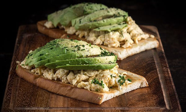 Άκης Πετρετζίκης: Συνταγή για υγιεινό αβοκάντο τοστ με αβγά scrambled